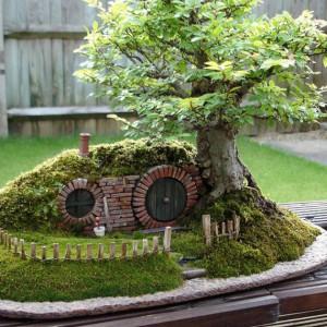 Styl Saikei (styl krajobraz na tacy) – sposób na  przedstawienie krajobrazu w miniaturze. Drzewa, skały, trawy, mchy i piaski mogą być użyte, aby stworzyć naturalne urozmaicenie krajobrazu, jakie występuje w przyrodzie.