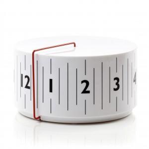 Zegar Around firmy Lexon przypomina zwinięty centymetr krawiecki. Projekt: Anthony Dickens. Sprzedaż: rossi.pl, cena: 122 zł.