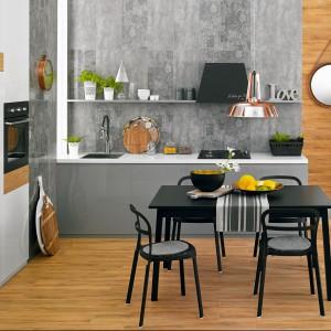Kolekcja glazury Loft to subtelna strona betonu – jego surowy rysunek na matowych płytkach Loft Concrete został stonowany misternym wzorem rodem z perskiego dywanu na błyszczącej glazurze Loft Carpet. 80 zł/m² (Loft Concrate 30x60 cm), ok. 82 zł/m² (Loft Carpet 30x60 cm), Ceramstic.