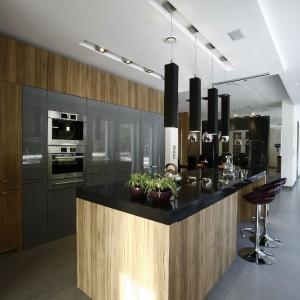 Przestrzeń kuchni nie jest niczym ograniczona, a otwartość tego wnętrza polega nie tylko na jego układzie wewnętrznym, ma swoje odzwierciedlenie również w gościnności tego domu.  Fot. Marcin Onufryjuk.