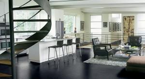 Drewno, kamień, beton... Właśnie przy użyciu tych materiałów najczęściej aranżowane są podłogi w nowoczesnych wnętrzach. Jednak szukając niebanalnych rozwiązań, można sięgnąć również po wykończenie z... naturalnej