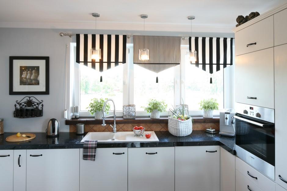 Okna ozdabiają lambrekiny Kuchnia w skandynawskim stylu Prosta, ale wid