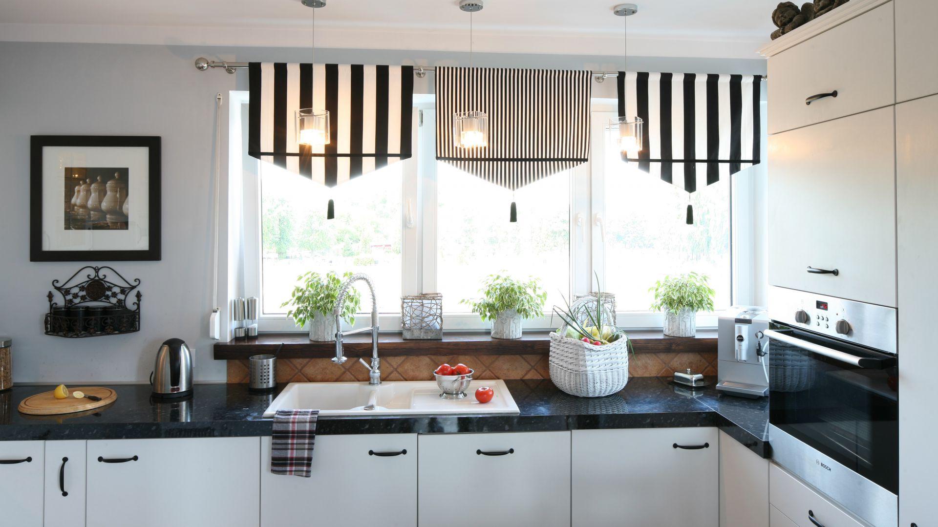 Okna ozdabiają lambrekiny uszyte z tkaniny IKEA. Ocieplają one białą przestrzeń, a ponieważ właścicielka jest ogromną fanką designu skandynawskiego, zdecydowała się na minimalistyczny, monochromatyczny i kontrastowy zestaw kolorów. Fot. Bartosz Jarosz.