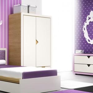 Masywne meble o nowoczesnej formie i nasycona, liliowa barwa ścian to przepis na pokój dla nastolatki o zdecydowanym charakterze. Kolekcja Frame, fot. Timoore.