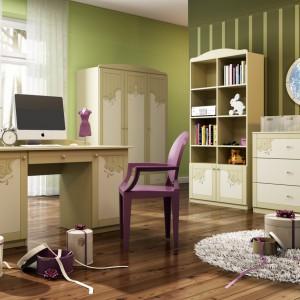 Subtelne zdobienia mebli to znak rozpoznawczy pokoju romantyczki. Dziewczęcy charakter pokoju podkreślają jasno fioletowe dodatki. Kolekcja Cappuccino, fot. Meblik.