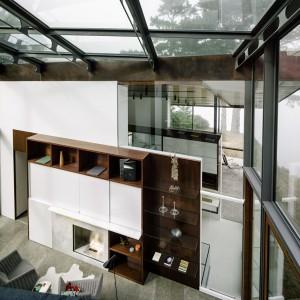 Całkowicie przeszklona biblioteka łączy dwie części domu. Fot. Fougeron Architecture.