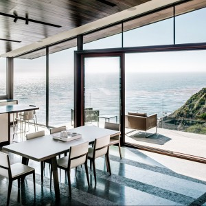 Jadalnia i kuchnia - obie proste, obie białe i funkcjonalne. Fot. Fougeron Architecture.