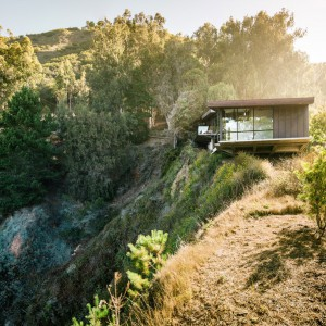 Dom położony tuż nad brzegiem skalistego urwiska. Fot. Fougeron Architecture.