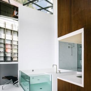 Nowoczesna, minimalistyczna łazienka z przeszklonym sufitem. Fot. Fougeron Architecture.
