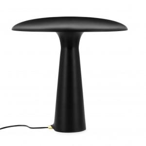Lampa Shelter wykonana z czarnej, matowej, lakierowanej stali. W serii znajdziemy również wysoką, czarną lampę podłogową o podobnej formie. Wysokość: 41 cm, średnica 41 cm. Cena: 924 zł. Fot. Normann Copenhagen / Fabryka form.