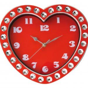 Zegar ścienny w kształcie serca, marki Silly, ozdobiony kamieniami imitującymi brylanty, efektownie ozdobi pokój dorastającej dziewczynki. Cena: ok. 50 zł, sprzedaż; DecoMania.pl.