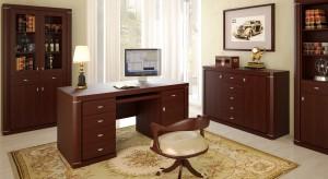 Gabinet w stylu klasycznym jest elegancki i reprezentacyjny. Jego wystrój cechuje umiarkowanie oraz dobry smak. Takie domowe biuro nigdy nie wyjdzie z mody, ponieważ meble i dodatki są ponadczasowe.