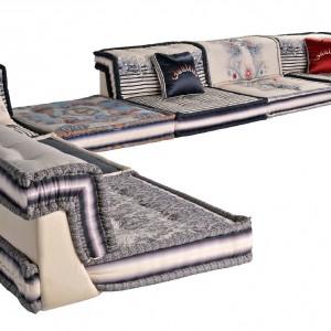 Mah Jong Couture to druga modułowa sofa z kolekcji francuskiego projektanta. Warto zwrócić uwagę zwłaszcza na motyw tatuażu na jednym z modułów – świetny przykład na mariaż designu z modą. Fot. Roche Bobois.