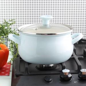 Emaliowany garnek Bella w kolorze pastelowy błękit. Wnętrze naczynia wykonane jest z ciemnobrązowej szklistej emalii, dzięki czemu niezwykle łatwo utrzymać je w czystości. Dzięki pokrywce z odpowietrznikami zapewniającymi odprowadzanie nadmiaru pary. Można stosować na każdym typie kuchenek, a także myć w zmywarce. 41,40 zł, Emalia Olkusz/emaliowane.pl.