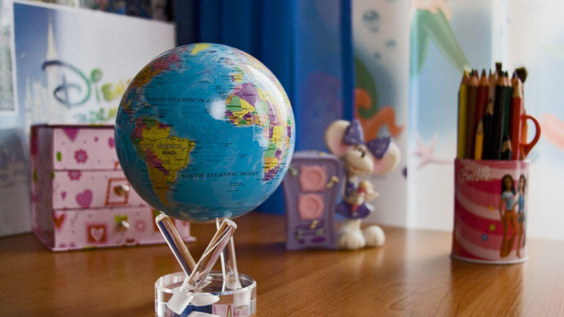 Globus MOVA w  czytelny sposób przedstawia dziecku położenie kontynentów, krajów i oceanów. Zostaje wprawiony w płynny ruch za sprawą energii pozyskanej ze światła dziennego lub lampki na biurku. Fot. globusy.eu.
