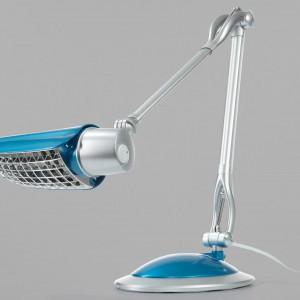 Lampa na biurko z indywidualnie ustawianym ramieniem z 3 przegubami. Nowoczesne oświetlenie w turkusowym kolorze. Fot. Tchibo.
