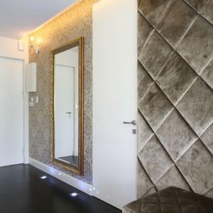 Gabinet po otwarciu szerokich drzwi przesuwnych funkcjonuje jako część salonu optycznie go powiększając. Fot. Bartosz Jarosz.