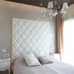 W sypialni kolor pudrowego różu łączy się z ciepłymi kremami i brązem. Fot. Bartosz Jarosz.