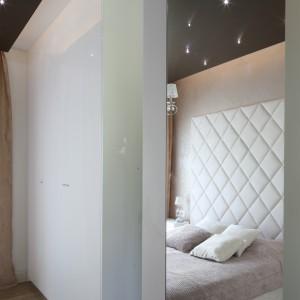 W sypialni znajduje się obszerna garderoba, ukryta za białymi frontami.Proj.Agnieszka Hajdas - Obajtek. Fot. Bartosz Jarosz.
