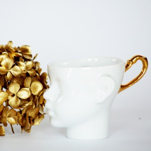 Porcelanowe filiżanki z uchem w kolorze złota.  Fot. Endesign.