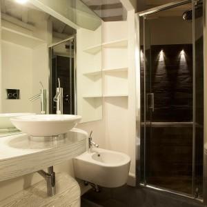 Współczesna łazienka, a mimo to dużo w niej nawiązań do przeszłości. Fot. Archifacturing.