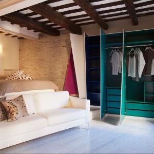 Pomysłowe szafy wykonano na zamówienie, dzięki czemu można było je idealnie wpasować w niewielką przestrzeń. Fot. Archifacturing.