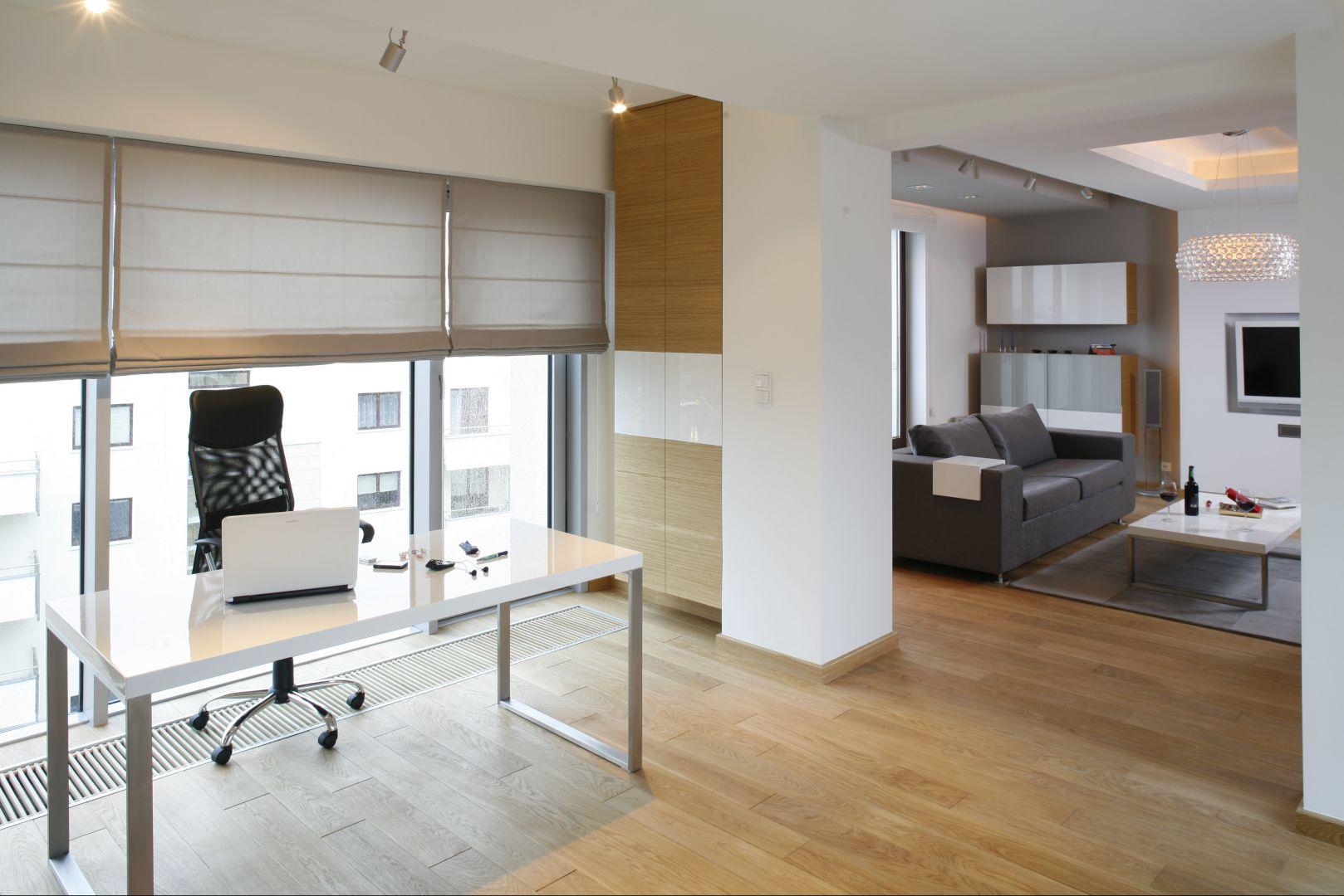 Im mniej, tym bardziej elegancko - umeblowanie biura wg tej starej zasady paradoksalnie wzbogaca jego wygląd. Fot. Bartosz Jarosz.