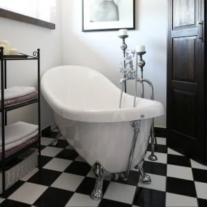 Stojak na ręczniki oraz wysokie świeczniki stylistycznie nawiązują do konstrukcji ramy lustra, wiszącego nad umywalką. Fot. Bartosz Jarosz