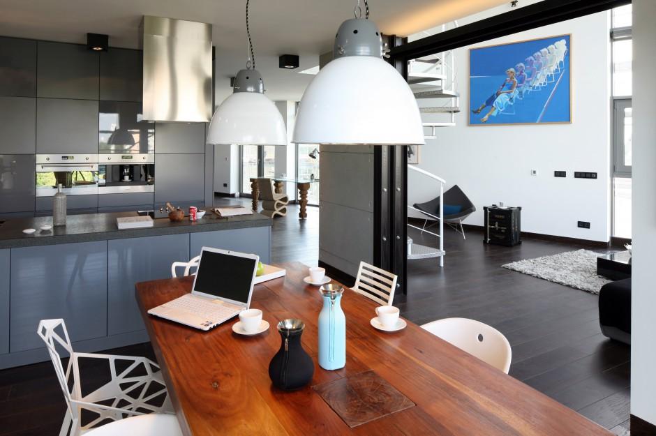 Przestrzeń na dole ma charakter otwarty. Kuchnia łączy się z jadalnią oraz salonem. Fot. Bartosz Jarosz.