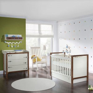 Łóżeczko niemowlęce z kolekcji Tolo. Konstrukcja mebelka pozwala regulować wysokość materaca oraz wyjmować szczebelki. Cena: od ok. 1.050 zł, sprzedaż: Pinio.