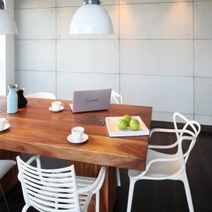 Lampy nad stołem (House Doctor) doskonale pasują zarówno do kolorystyki, jak i industrialnego stylu wnętrza. Fot. Bartosz Jarosz.