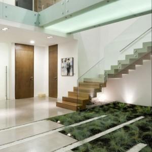 Betonowe płyty w połączeniu z zielenią i naturalnym drewnem konstrukcji schodów tworzą bardzo ciekawą kompozycję. Fot. Homesdir.