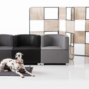 Fotele JO w neutralnych szarościach - męski geometryczny akcent w mieszkaniu. Fot. Brühl.