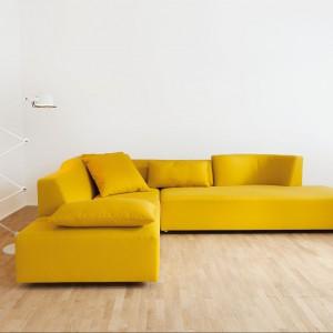 Lady Bug Dream to sofa, która w kolekcji projektantki jest już kilka sezonów, tu w inspirującej żółtej barwie. Fot. Brühl.