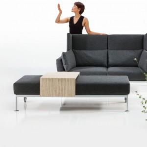 Sofa On Tour to nowość z 2014 roku, prezentowana na tegorocznych targach IMM w Kolonii. Uwagę zwracają wysokie panele boczne. Fot. Brühl.