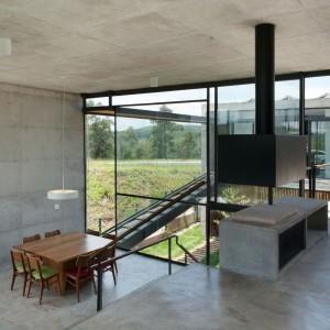 Betonowy dom - taki efekt można osiągnąć dzięki zastosowaniu betonu architektonicznego. Proj. wnętrza i fot. Apiacas Arquitectos, Portugalia.