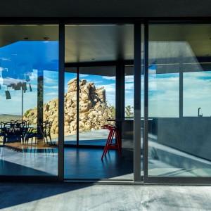 Budynek ma nowoczesny charakter, co widać także po zastosowaniu materiałów takich jak beton i szkło. Fot. Marc Angeles.