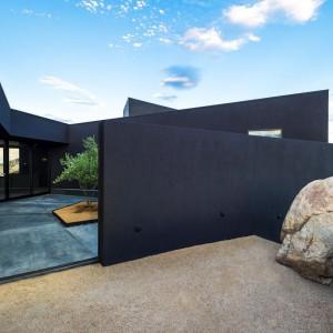 Czarna, minimalistyczna elewacja domu. Fot. Marc Angeles.