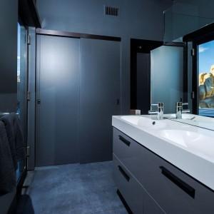 Jedna ze znajdujących się w domu łazienek. Fot. Marc Angeles.