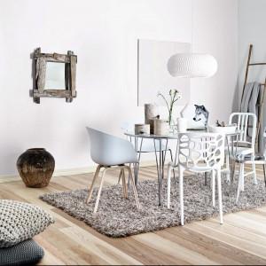 Satynowa emulsja lateksowa Wall de Luxe do malowania ścian i sufitów. Trwała powłoka całkowicie odporna na zmywanie na mokro. Zapewnia satynowy efekt wykończenia ścian (półmat), ekologiczna, łatwa w stosowaniu. Kolory: biały + kolory z mieszalnika. Czas schnięcie 2h. Wydajność: do 10 m²/l. Ok. 250 zł/10 l, Bondex.