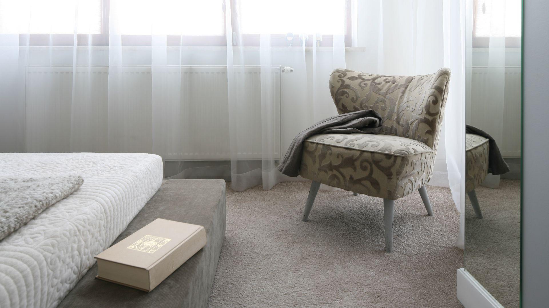 Połączenie neutralnych barw mebli, ścian i podłogi tworzy przytulne wnętrze.  Fot. Bartosz Jarosz.