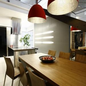 Duet czerwonych lamp miał za zadanie ocieplić to wnętrze. - To połączenie ognia z zimnem - wyjaśnia obrazowo projektantka. Fot. Marcin Onufryjuk.