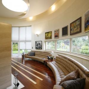 Nietypowe ukształtowanie bryły domu wymusiło także kształty mebli, w tym przede wszystkim opartych na linii łuku i zaprojektowanych specjalnie przez architektów kanap. Fot. Marcin Onufryjuk.