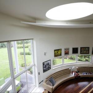 Widok z piętra na dwukondygnacyjny salon. Fot. Marcin Onufryjuk.