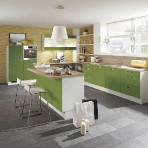 Zabudowa kuchenna z programu Pino100. Fronty w zielonym kolorze nadają przestrzeni elegancki, ale i spokojny klimat. Wycena indywidualna, Pino.