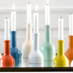Świecznik Winebottle wykonany z drewna bukowego, dostępny w różnych kolorach. Wysokość 17 cm.  Fot.Ferm living.