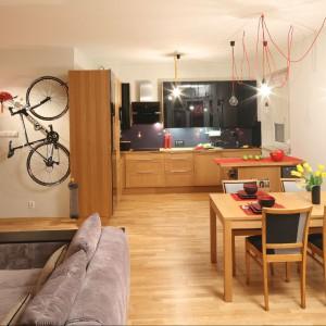Wnętrze jest otwarte. Strefa salonu, jadalni i kuchni została jednak wyraźnie wydzielona. Wyposażenie: stół IKEA / krzesła Refre / oświetlenie wiszące CablePower / podłoga deska barlinecka jesion. Fot. Bartosz Jarosz.