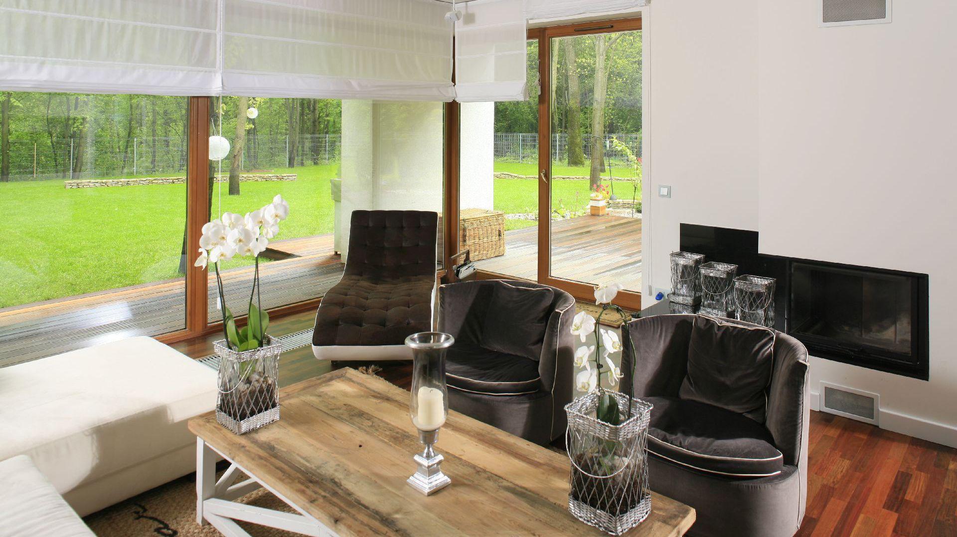 Za sprawą ogromnych okien salon przenika do ogrodu i na odwrót. Wystarczy położyć się na szezlongu i odpoczywać, odpoczywać... Fot. Bartosz Jarosz.