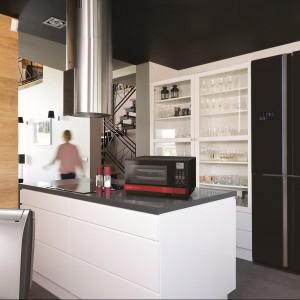 Chłodziarko-zamrażarka Super Premium z serii SJ-FS820V wyposażona w technologię Invertergwarantującą cichą pracę i zapewniająca skuteczną kontrolę temperatury wewnątrz komór. Posiada system oczyszczania powietrza Plasmacluster, No Frost, Advanced Hybrid Cooling, pochłaniacz zapachów oraz automatyczną kostkarkę lodu. Pojemność całkowita: 600 l. Klasa energetyczna A++. 10.499 zł, Sharp.