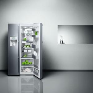 Wolnostojąca lodówka Vario z serii 200model RS 295. Posiada w pełni wysuwane półki i szuflady, trzy strefy chłodzenia, w tym strefa świeżości 0 °C, stelaż na wino i szampana, zintegrowaną kostkarkę do lodu, podświetlony dystrybutor lodu, kruszonego lodu i schłodzonej wody. Wykonana ze stali szlachetnej lub aluminium. Pojemność całkowita: 517 l. Klasa energetyczna: A+. Gaggenau.